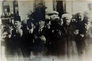 Atatürk Meclis'in Açılışında Dua Ederken