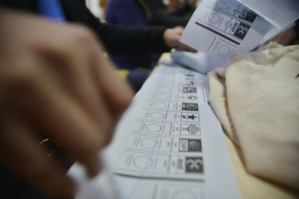 1-kasim-genel-seçim-öncesi-ak-parti-chp-mhp-ve-hdpde-son-durum-ne.20150914102257.jpg