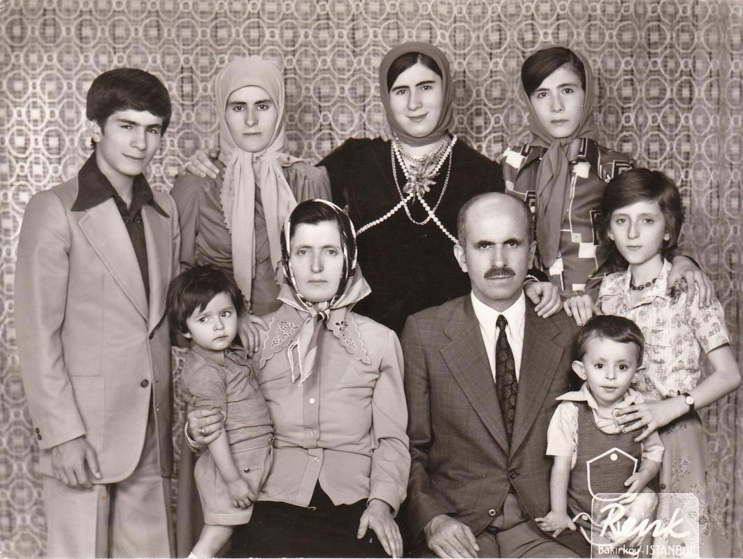 ahmet-davutoğlu-gençliği-aile-albümü.jpg