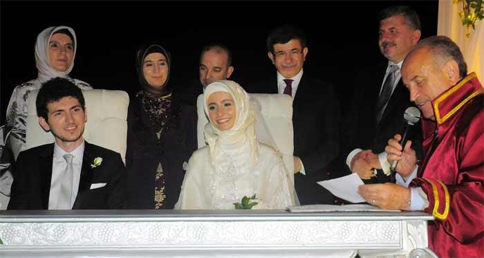 ahmet-davutoğlu-ve-eşi-sare-davutoğlu-kizi-meymune-davutoğlunun-düğününde.jpg