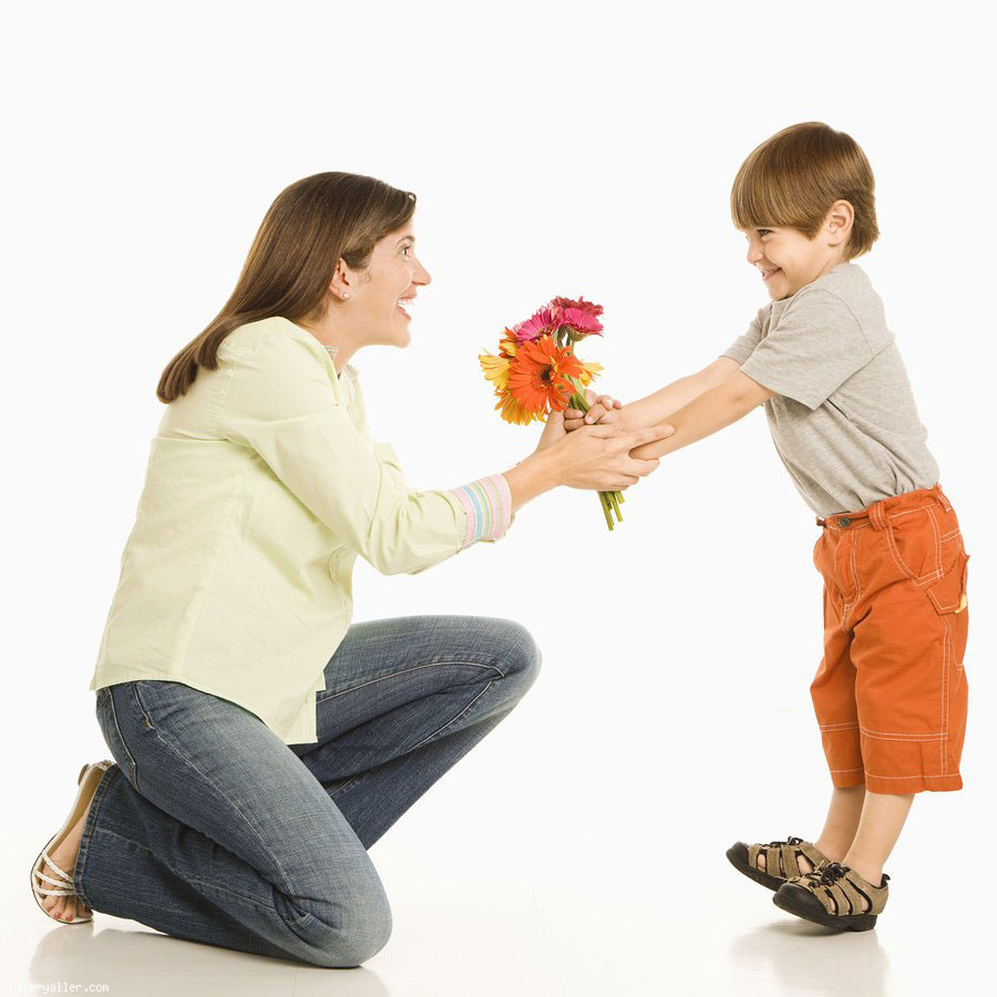 Мама благодарит сына за подарок