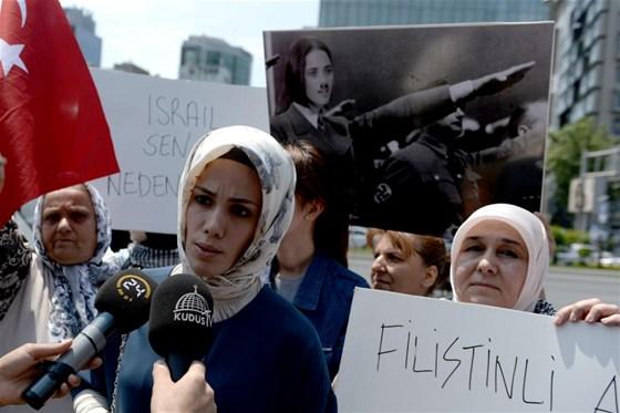 basbakan-in-kizi-da-protestoya-katildi--957193.jpeg