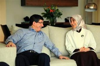 Ahmet Davutoğlu'nun eşi Sare Davutoğlu.png