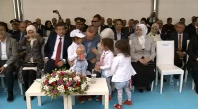 yüksekova havalimanı açılışı erdoğan çocuklarla sohbet etti.jpg