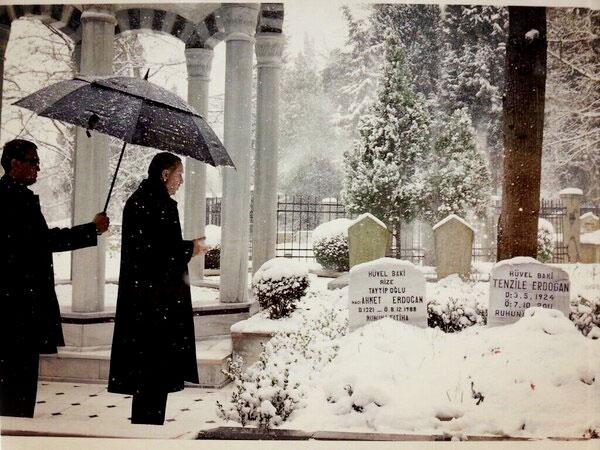 erdoğan-annesinin-mezarinda.jpg
