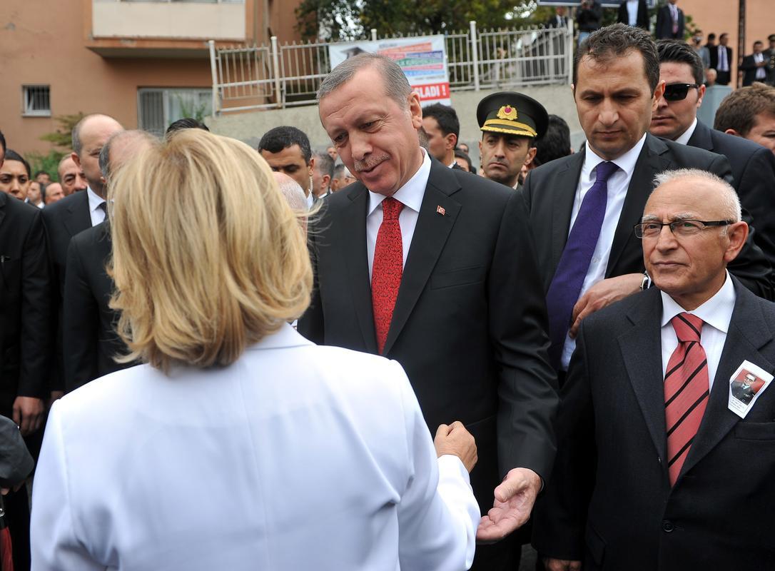 erdoğan-ve-tansu-çiller-doğan-güreşin-cenazesine-katildi.jpg