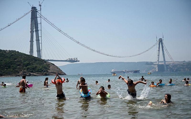 istanbul-aşiri-sicaktan-halk-kiyafetleri-ile-denize-girdi.jpg