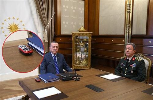 cumhurbaşkanı recep tayyip erdoğan ile genelkurmay başkanı orgeneral hulusi akar görüşmesinde digitürk kumandası da görüntülendi